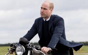 Принц Уильям прокатился по Лондону на мотоцикле